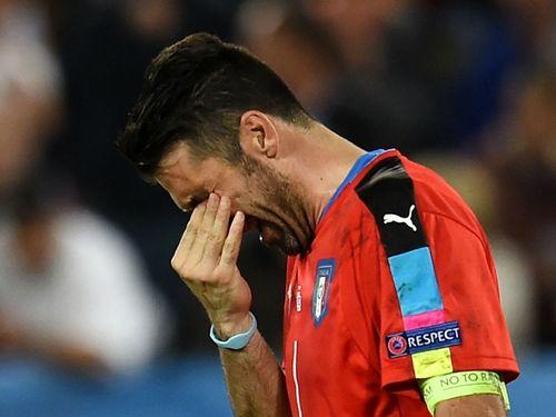 Thủ môn Buffon khóc sưng mắt sau trận thua của tuyển Ý - Ảnh 1