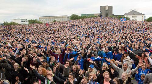 10.000 cổ động viên Iceland vỗ tay ăn mừng kiểu Viking chant - Ảnh 1