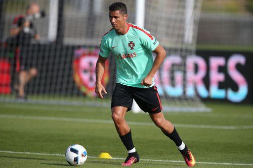 Ronaldo nã đại bác hành hạ xà ngang khung thành trước trận chung kết Pháp vs Bồ  - Ảnh 1