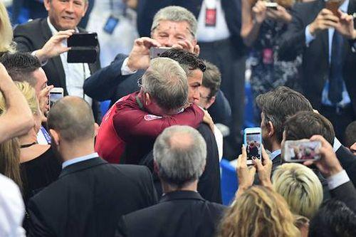 Sir Alex Ferguson ôm hôn thắm thiết Ronaldo, Nani sau trận chung kết EURO 2016 - Ảnh 1