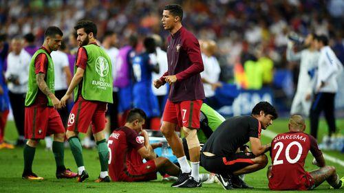 Ronaldo chỉ đạo như huấn luyện viên ngoài đường biên - Ảnh 1