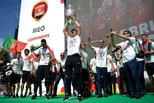 Ronaldo cùng đồng đội ăn mừng tưng bừng chức vô địch EURO ở quê nhà - Ảnh 1