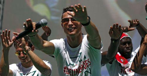 Nani trổ tài beatbox, Ronaldo quẩy tung trong lễ mừng công - Ảnh 1