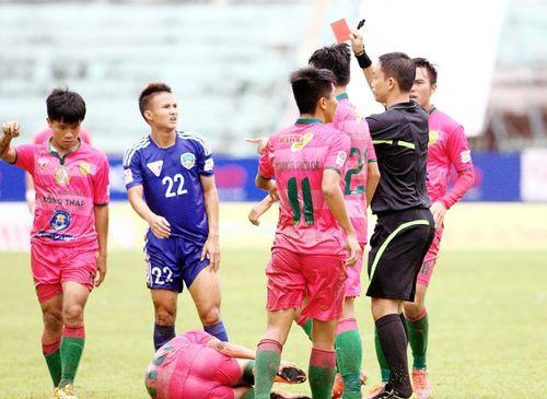 Những pha phạm lỗi rợn người ở vòng 16 V.League 2016 - Ảnh 1