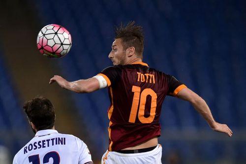 Ngất ngây với siêu phẩm kiến tạo từ giữa sân của Totti - Ảnh 1
