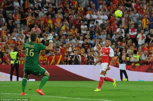 Chamberlain lập siêu phẩm lốp bóng cứu Arsenal thoát thua - Ảnh 1