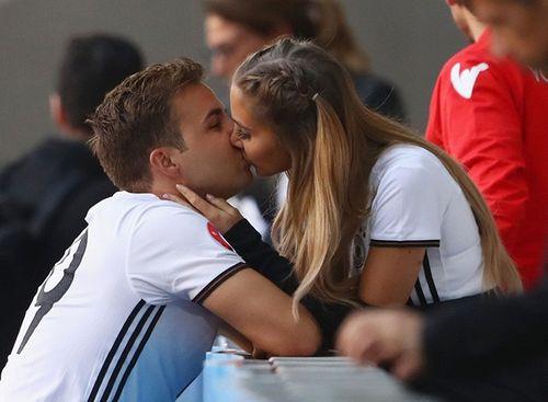 Những nụ hôn nóng bỏng nhất mùa EURO 2016 - Ảnh 1