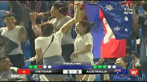 Cổ động viên Campuchia cổ vũ, ăn mừng điên cuồng với U16 Australia - Ảnh 1