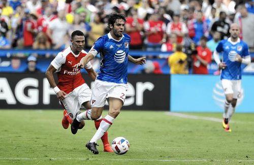 Pha xử lý thảm họa của Kaka trong trận đấu với Arsenal - Ảnh 1