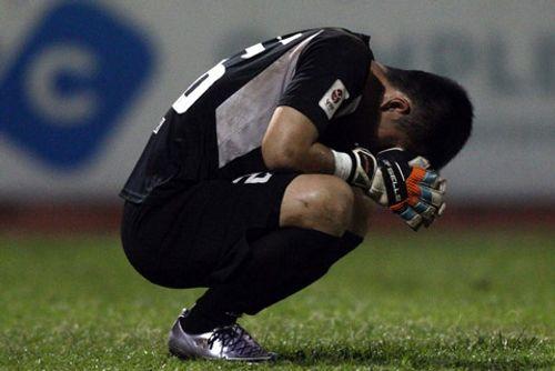 Thủ môn Tuấn Linh ôm mặt khóc sau sai lầm khiến đội nhà mất ngôi đầu - Ảnh 1