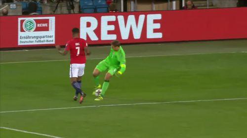 Pha xử lý của thủ môn Neuer khiến hậu vệ cũng phải ngả mũ - Ảnh 1