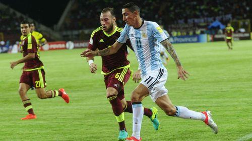Vắng Messi, Argentina vất vả cầm hòa Venezuela và mất ngôi đầu - Ảnh 1
