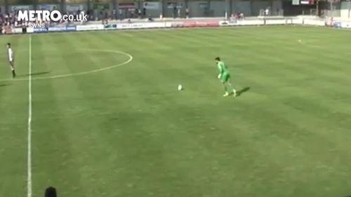Ngỡ ngàng thủ môn sút phạt ghi bàn từ sân nhà - Ảnh 1