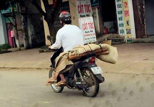 Sự thật đau xót về bức hình xe máy chở thi thể trên phố - Ảnh 1