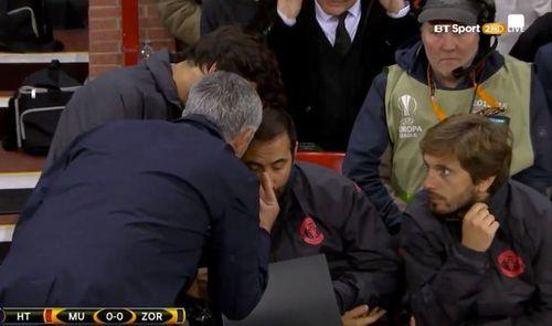 Mourinho nổi điên với trợ lý trong chiến thắng nhọc nhằn ở Europa League - Ảnh 1