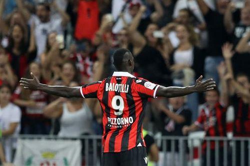 Balotelli lập siêu phẩm trong tư thế lạ, coi khinh Ronaldo - Ảnh 1
