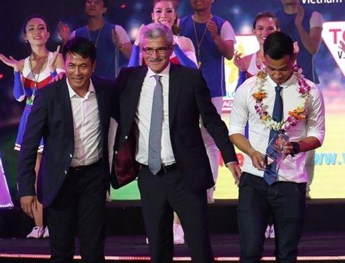 HLV Hữu Thắng tố bị xúc phạm, bỏ về trong đêm Gala tổng kết V.League 2016 - Ảnh 1