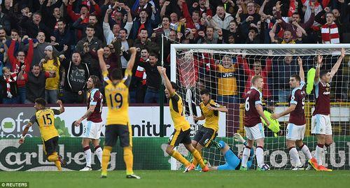 """Arsenal thắng """"rùa"""" siêu kịch tính nhờ """"bàn tay của Chúa"""" - Ảnh 1"""