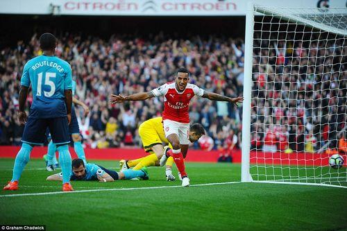 Walcott thăng hoa, Arsenal thắng kịch tính Swansea và bắt kịp Man City - Ảnh 1