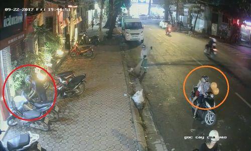 Clip: Đôi nam nữ chở theo trẻ nhỏ, dàn cảnh trộm xe giữa phố Sài Gòn - Ảnh 1