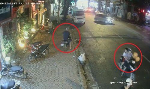 Clip: Đôi nam nữ chở theo trẻ nhỏ, dàn cảnh trộm xe giữa phố Sài Gòn - Ảnh 2