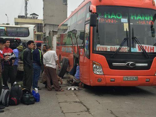 Hà Nội: Bến xe quá tải do người dân về quê nghỉ Tết Dương lịch - Ảnh 2