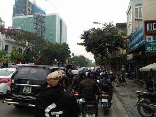 Hà Nội: Bến xe quá tải do người dân về quê nghỉ Tết Dương lịch - Ảnh 4