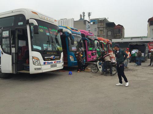 Hà Nội: Bến xe quá tải do người dân về quê nghỉ Tết Dương lịch - Ảnh 3