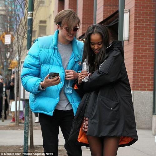 Con gái lớn nhà Obama tình tứ bên bạn trai trên đường phố New York - Ảnh 4