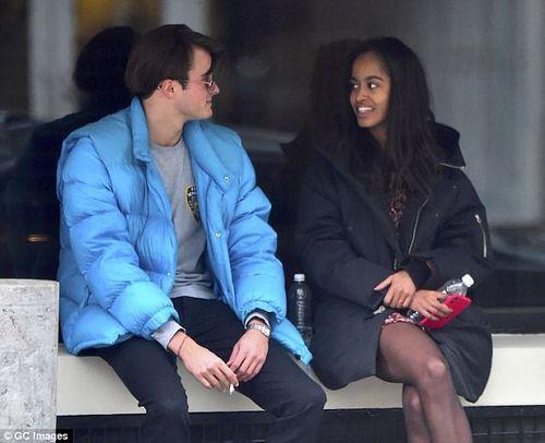 Con gái lớn nhà Obama tình tứ bên bạn trai trên đường phố New York - Ảnh 2