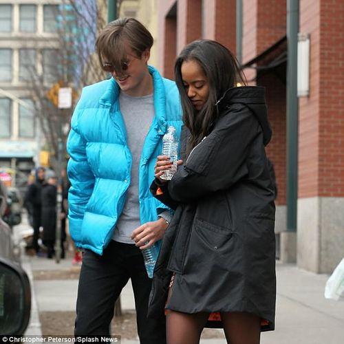Con gái lớn nhà Obama tình tứ bên bạn trai trên đường phố New York - Ảnh 7