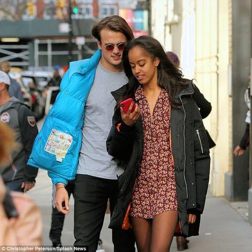 Con gái lớn nhà Obama tình tứ bên bạn trai trên đường phố New York - Ảnh 3