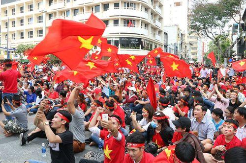 Hàng trăm bạn trẻ Sài Gòn ngồi hàng giờ dưới nắng nóng chờ giao lưu với đội tuyển U23 - Ảnh 12
