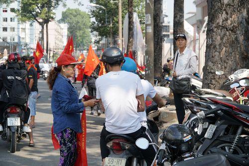 Hàng trăm bạn trẻ Sài Gòn ngồi hàng giờ dưới nắng nóng chờ giao lưu với đội tuyển U23 - Ảnh 7