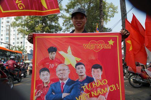 Hàng trăm bạn trẻ Sài Gòn ngồi hàng giờ dưới nắng nóng chờ giao lưu với đội tuyển U23 - Ảnh 10