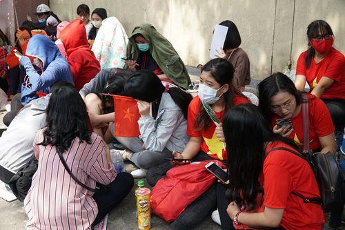 Hàng trăm bạn trẻ Sài Gòn ngồi hàng giờ dưới nắng nóng chờ giao lưu với đội tuyển U23 - Ảnh 2