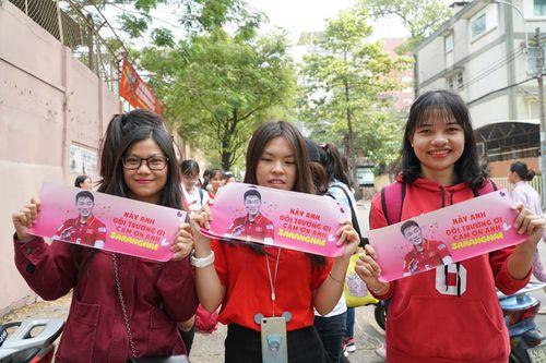 Hàng trăm bạn trẻ Sài Gòn ngồi hàng giờ dưới nắng nóng chờ giao lưu với đội tuyển U23 - Ảnh 9