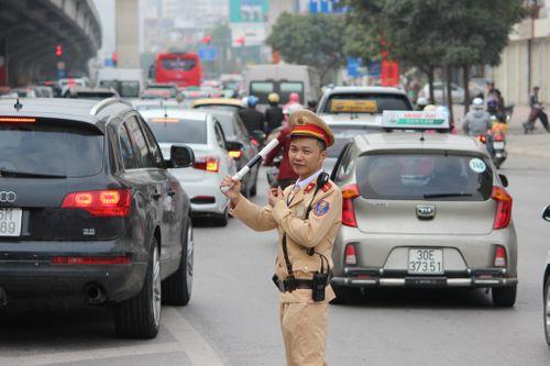 Ngày nghỉ Tết cuối cùng: Hà Nội ùn tắc kéo dài tại nhiều tuyến phố - Ảnh 3