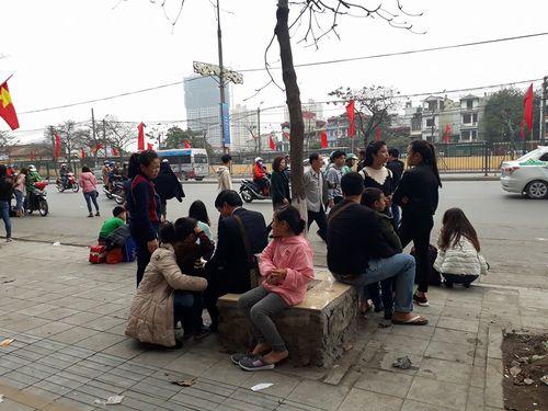 Người dân ùn ùn kéo về Hà Nội sau kỳ nghỉ Tết Mậu Tuất - Ảnh 5