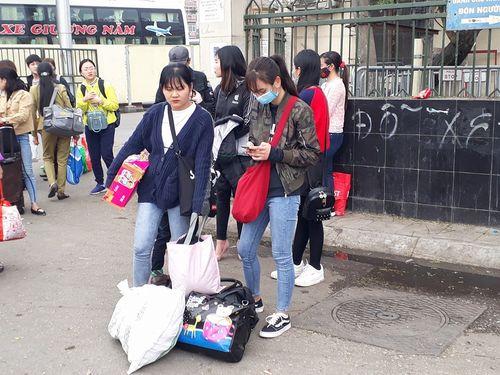 Người dân ùn ùn kéo về Hà Nội sau kỳ nghỉ Tết Mậu Tuất - Ảnh 4