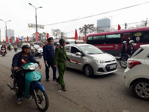 Người dân ùn ùn kéo về Hà Nội sau kỳ nghỉ Tết Mậu Tuất - Ảnh 6