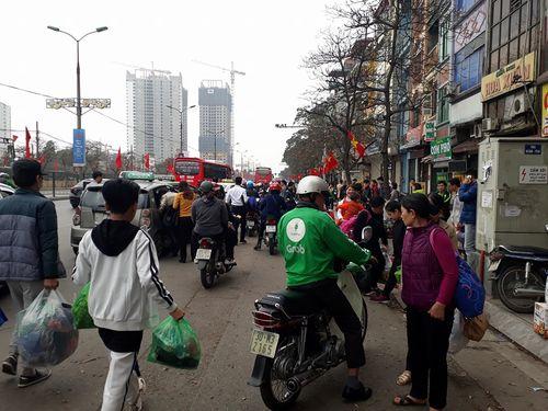 Người dân ùn ùn kéo về Hà Nội sau kỳ nghỉ Tết Mậu Tuất - Ảnh 2