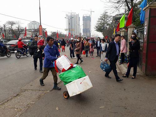 Người dân ùn ùn kéo về Hà Nội sau kỳ nghỉ Tết Mậu Tuất - Ảnh 7
