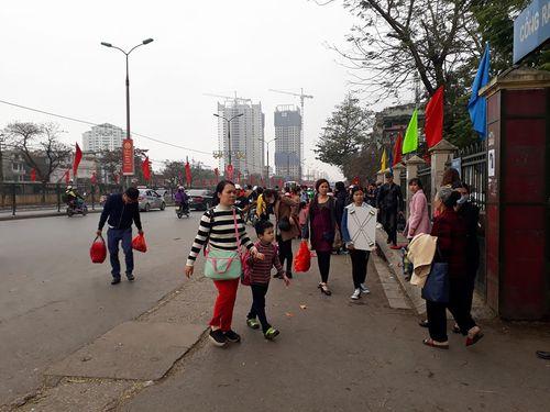 Người dân ùn ùn kéo về Hà Nội sau kỳ nghỉ Tết Mậu Tuất - Ảnh 1