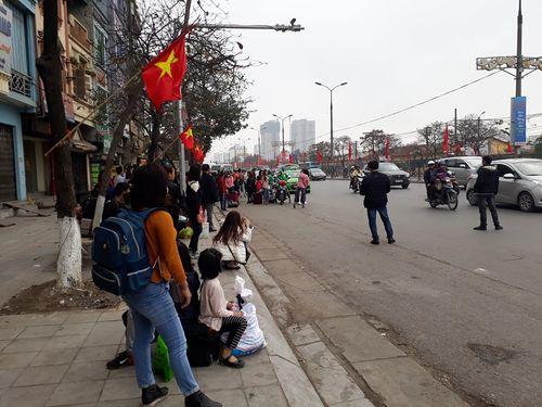 Người dân ùn ùn kéo về Hà Nội sau kỳ nghỉ Tết Mậu Tuất - Ảnh 9