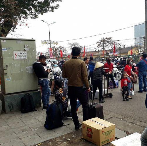 Người dân ùn ùn kéo về Hà Nội sau kỳ nghỉ Tết Mậu Tuất - Ảnh 3