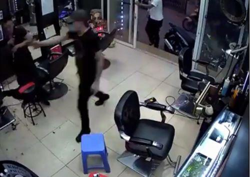 Hà Nội: Lời khai rợn người của gã giang hồ nổ súng trong tiệm cắt tóc - Ảnh 2