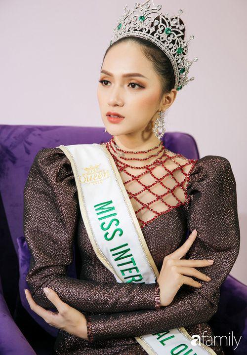 Hoa hậu Hương Giang: Lần đầu tiên sau 7 năm, bố mới dám đưa tôi về quê nội thắp hương - Ảnh 8