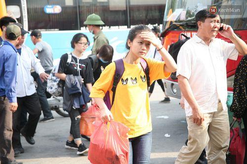 Chùm ảnh: Người dân hối hả trở lại Thủ đô sau nghỉ lễ - Ảnh 10