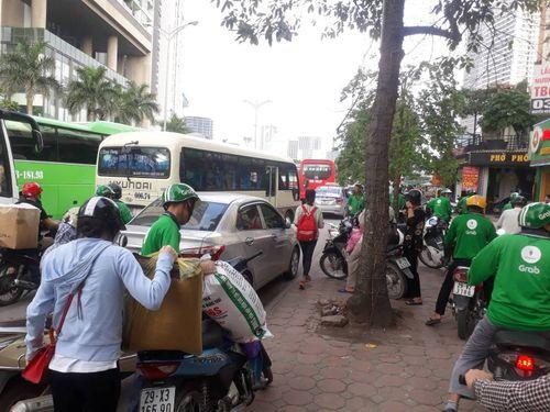 Chùm ảnh: Người dân hối hả trở lại Thủ đô sau nghỉ lễ - Ảnh 11